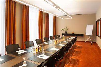 Konferenzraum mit Blockbestuhlung